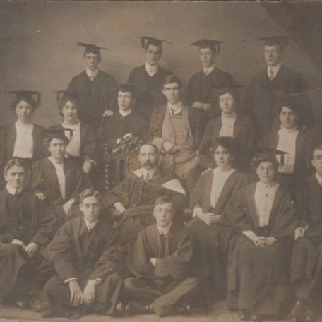 Hannah Thomas gyda'i Dosbarth Graddio tua 1909/Hannah Thomas with her graduation group c.1909: Image 3