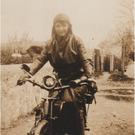 Margaret Thomas ar ei motobeic, tua dechrau'r 1920au/Margaret Thomas on her motorbike, c. early 1920s: Image 11
