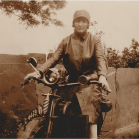 Margaret Thomas ar ei motobeic, tua dechrau'r 1920au/Margaret Thomas on her motorbike, c. early 1920s: Image 12