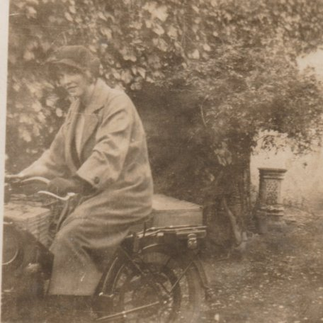 Mam DF ar fotobeic Awst 1924 /DF's mother on a motor bike, 1924: Image 17
