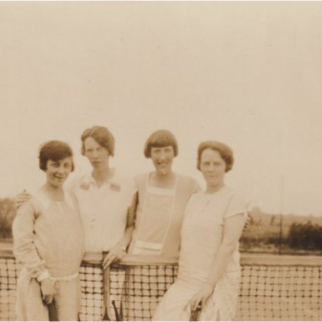 Chwarae tennis/Playing tennis: Image 1